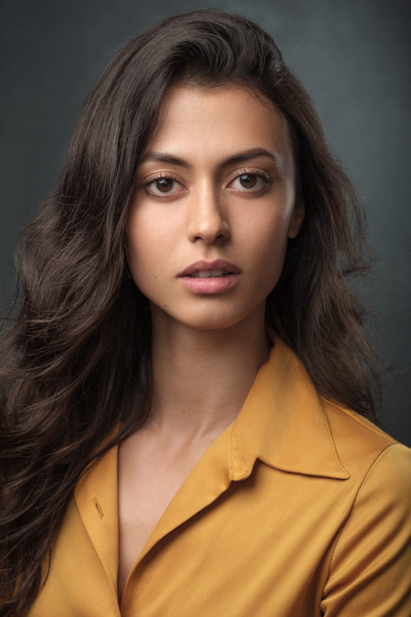 Complimentary colours for this actress headshot